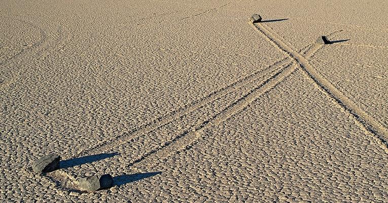 Autofahrer verschandelt Racetrack Valley im Death Valley mit Reifenspuren